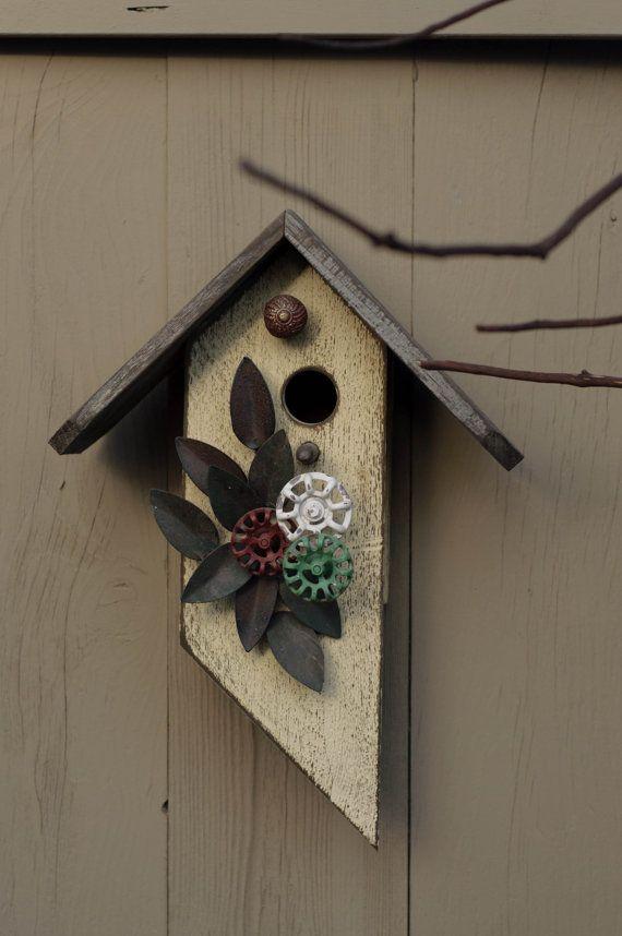 Ce nichoir est fait de bois de grange recyclée du Nord-Ouest du Pacifique. Elle a été peinte dans une finition blanche âgée sur le corps de la maison et le toit a conservé sa patine naturelle du bois. Ce nichoir est assez durable cest pourquoi quil est adapté pour une utilisation à lintérieur ou à lextérieur de votre maison. La construction de ce nichoir est solide. Ce nichoir est plutôt fantaisiste avec une entrée circulaire centrée off. La face de la cabane est conçue avec des feuilles de…