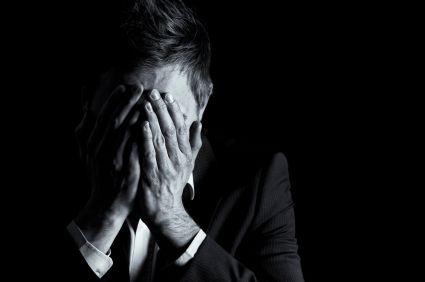 Crise d'angoisse - Causes, symptômes et traitement.  La crise d'angoisse (ou crise de panique) se caractérise par une peur intense et incontrôlée chez la personne qui en est victime. Cette angoisse porte le plus souvent sur la crainte de mourir ou encore la peur de perdre le contrôle, devenir fou,...