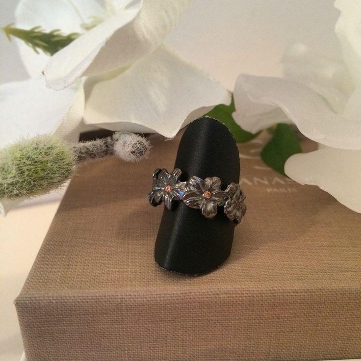 Anello in argento rodiato nero con zirconi champagne
