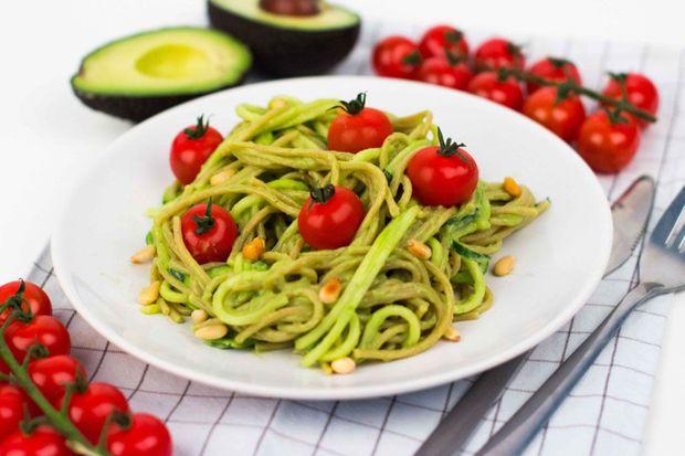 Een lekker en gezond vegan recept voor avocado pasta van de blog Kokerellen.