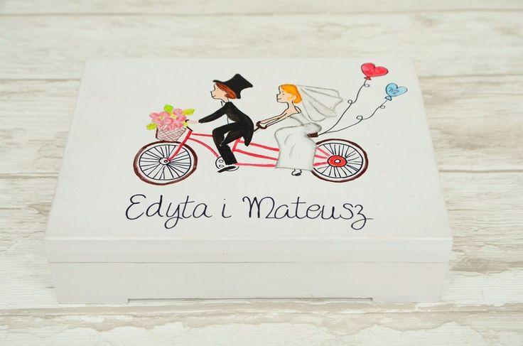 Ręcznie malowane pudełeczko na obrączki z motywem tandemu na wieczku. Możliwość wykonania do kompletu księgi gości, pudełka na koperty czy wieszaków z personalizacją :)  Zapraszamy do internetowego sklepu ślubnego Madame Allure!