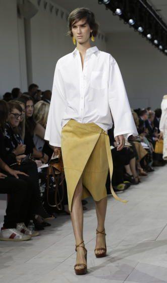 Fashion Week in New York: Michael Kors: Wildlederrock in Wickeloptik (Bild: APA/EPA/PETER FOLEY)
