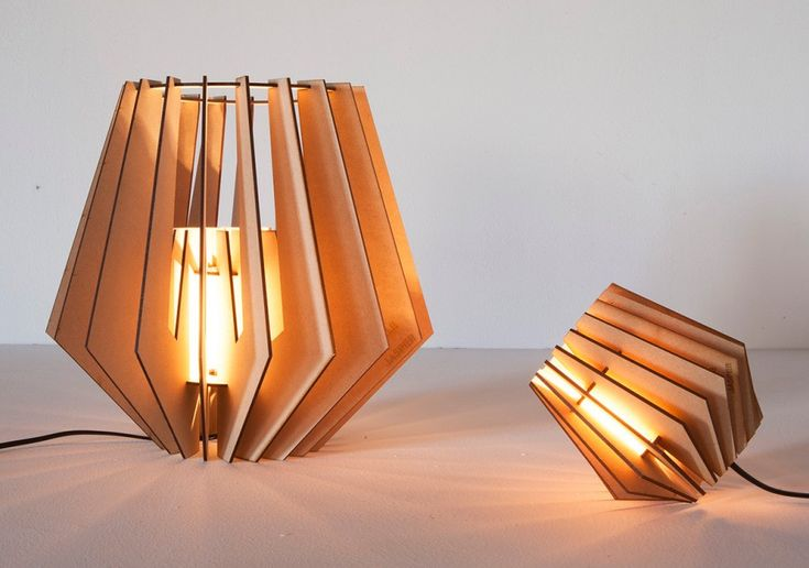 Le duo de designers hollandais, Van Tjalle en Jasper, voue un amour inconditionnel à la conception et la fabrication de meubles, mais pas de n'importe quelle façon. Ils essayent de définir les tendances plutôt que de les suivre, sans jamais perdre de vue leurs propres lignes directrices.  Nous vous présentons aujourd'hui Spot-nik, une lampe à poser / suspension, semblable à un abat-jour graphique découpé au laser dans un panneau de fibres de bois à densité moyenne (MDF). La lampe est…