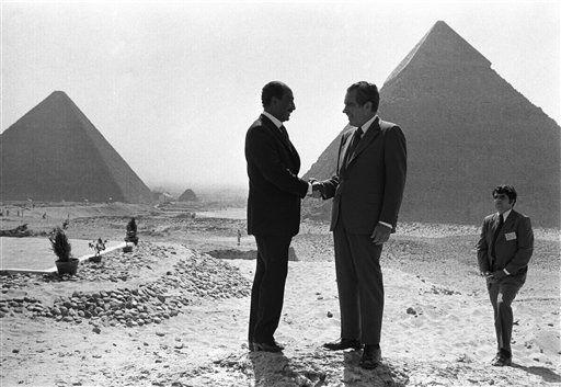 Los presidentes egipcio Anwar Sadat (izquierda)  y estadounidense Richard Nixon se saludan frente a las pirámides de Giza (1974). (Horst Faas/AP)