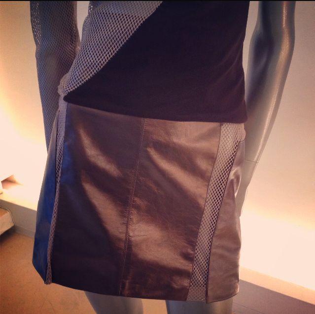 Falda de piel con efecto metálico y aplicación de red al centro de las piernas.