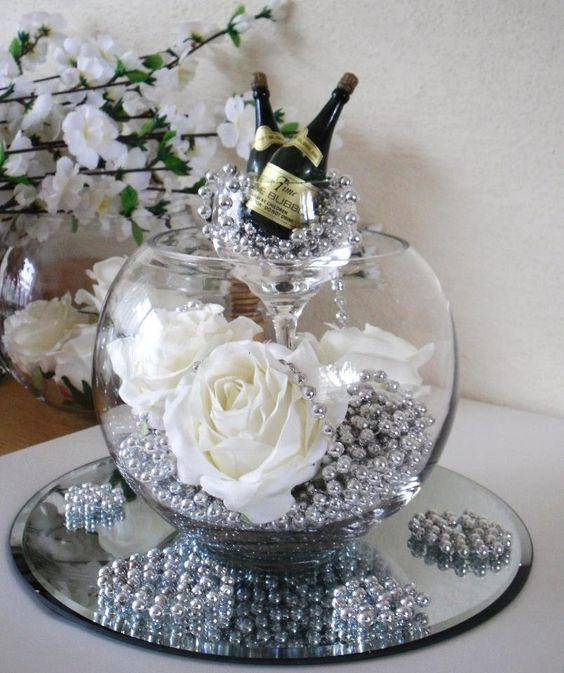 Arranjo - Diy - Existe algo mais romântico, tradicional e eterno do que pérolas? Elas têm uma versatilidade incrível! Decoração com Pérolas - pearls - faça você mesmo - #decor #decorar #diy #perolas #pearls #home @pitacoseachados