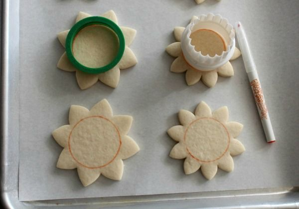 Sugarbelle decorated these beautiful Sunflower Cookies using FooDoodler fine line markers!