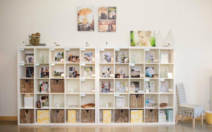 Un grand espace de rangement Utilisez une grande étagère Kallax d'IKEA pour créer ce magnifique espace de rangement.Vous pourrez y afficher vos photos de familles et plein d'autres choses! Super non?