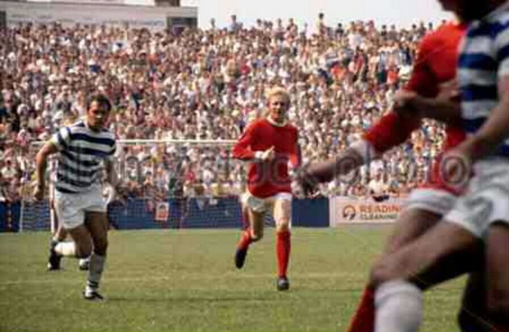 Reading 2 Man Utd 3 in Aug 1970 at Elm Park. Denis Law in action in the Texaco Cup 1st Round.