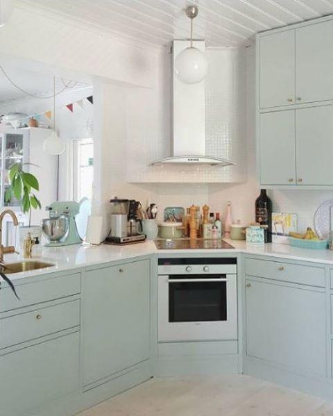 Köket Arkitekt plus i lingrönt med mässingsdetaljer och bänkskiva i vit kvartskomposit. Ett tips! Låt väggskåpen gå ända upp till taket så får du mer förvaringsutrymme.  #kök #marbodal #arkitektpluslingrön #köksinspiration #väggskåp