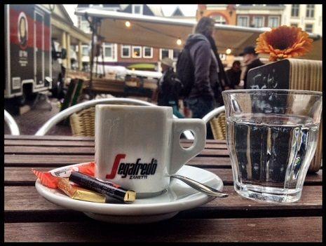 De Boterham, Botermarkt 3: Perfecte zaterdagochtend espresso. Smaak: Makkelijk te drinken, niet te pittig en niet te slap. Een heftige cafeïnerush blijft uit, maar je wordt er wel iets scherper van. Precies goed voor op de zaterdagochtend.  Extra: Maar liefst twee chocolaatjes en een glas koud water. Daar worden vrouwen blij van. Prijs-Kwaliteit: The damage is €2,20. Een gemiddelde prijs voor lekkere koffie.