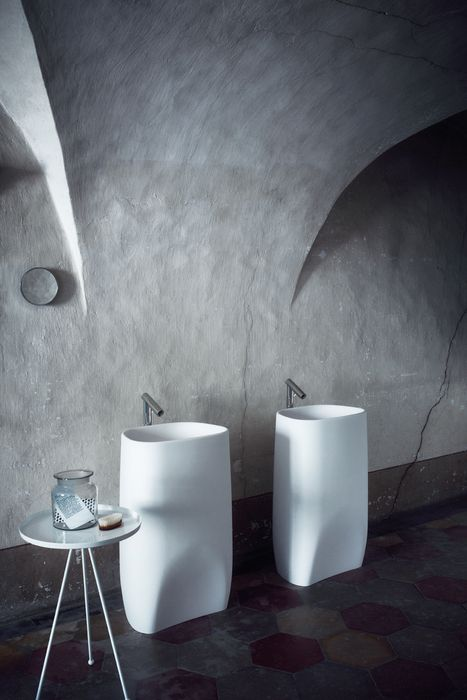 AGAPE | Pear C, 2007 - Patricia Urquiola, Made in white Cristalplant® biobased, it echoes the unmistakable design style of the bathtub and fittings of the collection of the same name, dominating the space with its soft and strong volume, carved like a monolith. Further potential comes from the semi-recessed version, in white Cristalplant® biobased, with elegant and generous lines. For more information : DM HOME Thonglor 19 Tel. 0 2365 0789