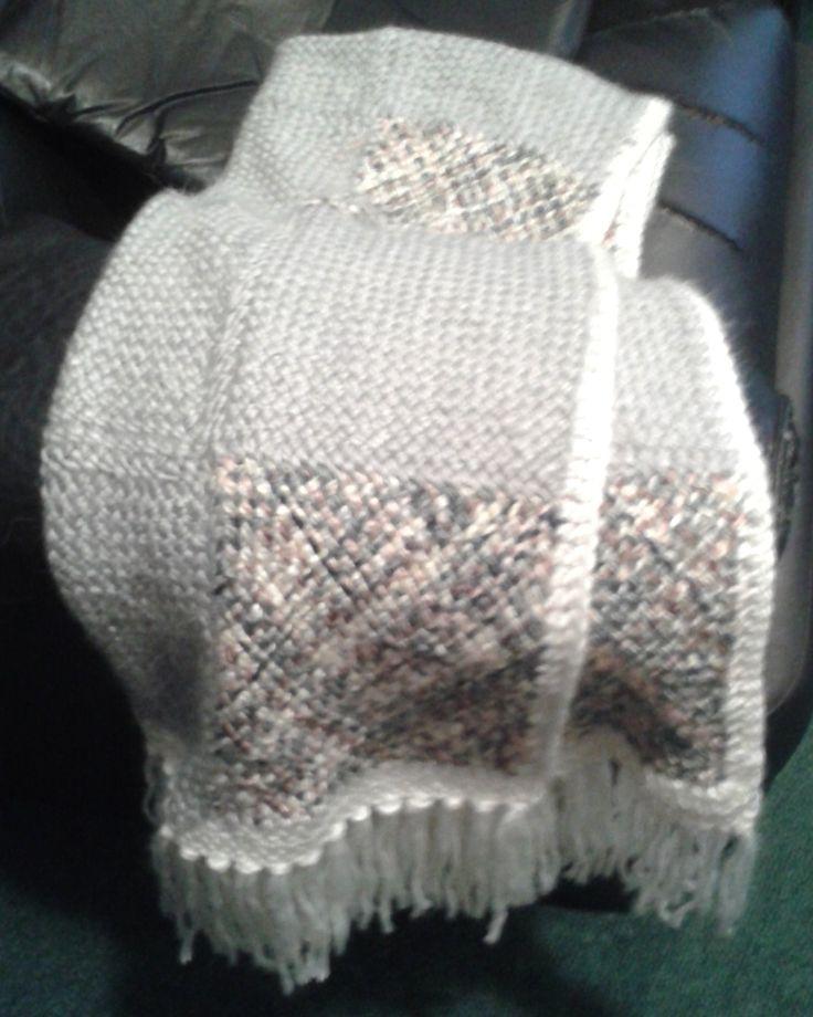 Manta de lana tejida en telar cuadrado con borde al crochet