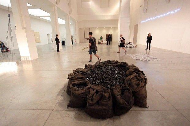 Jannis Kounellis   Senza titolo 1968  12 sacchi di iuta con carbone  Mostra Arte Povera 2011