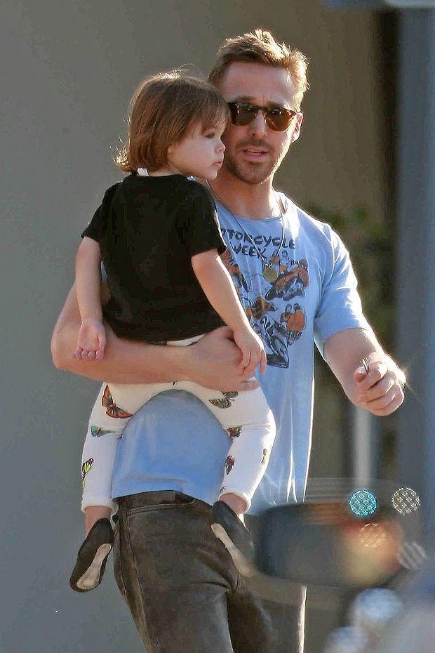Zdjęcie numer 7 w galerii - Ryan Gosling na spacerze z uroczą Esmeraldą. W tym samym czasie Eva Mendes... Drogie mamy, to układ idealny!