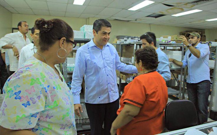 """Juan Orlando: """"El flujo en la entrega de medicinas debe mejorar"""" La visita del Presidente Hernández fue sorpresa para empleados y pacientes del Rivas."""