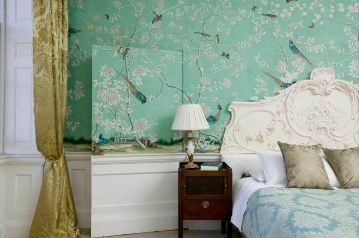tonos de azul, papel pintado en verde con bonita decoración, cortinas doradas con estampado de flores, cama vintage con cabecero ornamentado
