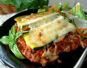 Groente lasagne Koolhydraat arme groente lasagne Dit recept is voor 4 personen. Ingrediënten: • 2 courgettes • 1 ui • 2 tenen knoflook • 400g gehakt • 1 blik tomaten blokjes (400g) • 1 blikje tomaten puree • 1 tl oregano • 1 tl basilicum • ½ tl tijm • 100 ml water • 1 bol mozzarella Bereiding: • Verwarm de oven voor op 180 graden • Snijd de courgettes in de lengte in plakken van ongeveer 0.5 cm dik. • Snijd de ui in kleine blokjes en de knoflook zo klein mogelijk. • Zet een grote pan met…