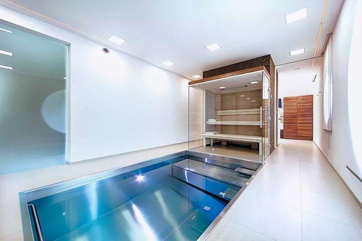 Sauna mit Infrarotstrahler in modernem Hallenbad mit Edelstahlpool