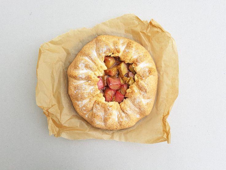 Majowa tarta z rabarbarem  Sezonowe ciasto na niepogodę, bo z dodatkiem rozgrzewającego imbiru.