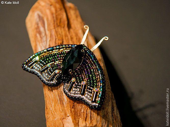 Сегодня хочу показать вам процесс создания броши по мотивам работ Татьяны Константиновой в виде мотылька. Вам понадобится: - крупная страза маркиз в цапе; - 6 мелких пришивных страз в цапах; - 6 бусин стекляруса; - бисер №10 черный, черный «с искрой», прозрачный «с искрой», зеленый, фиолетовый; - бисер рубка сине-зеленый хамелеон №10; - бисер рубка коричневый №15; - фетр или нетканая основа для…