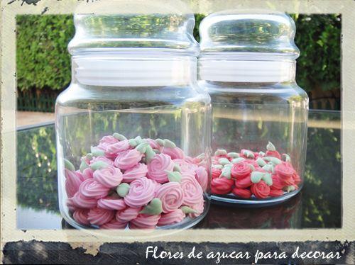 Flores de azúcar para decorar cupcakes, tartas, galletas.... recomiendo el tutorial de Sweetsugarbelle de flores.... yo no tenía las boquillas que usaban en el tutorial, las mías eran más grandes... aun así las flores no quedaron tan grandes... la próxima vez las haré con las boquillas que corresponden...
