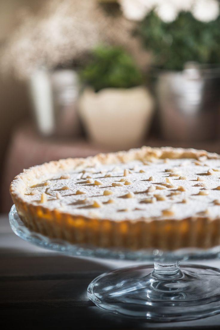 Fehércsokis-citromos tarte  Citromos tarte kicsit másképp! Ez a tarte egy igazán omlós vajas tésztából készül, benne egy lágy főzött citromkrém, a tetején pirított fenyőmagokkal.