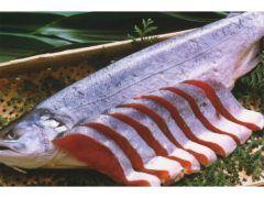 鮭が白身魚だったって知ってる 私も鮭の切り身が赤いので赤身魚だとばかり思ってた アスタキサンチンという赤い色素が関係しています鮭は海を回遊している時オキアミなどの動物性プランクトンを食べるそうだけどそのオキアミの中に赤い色素が入ってるんだって 早速友達に教えてあげよっと