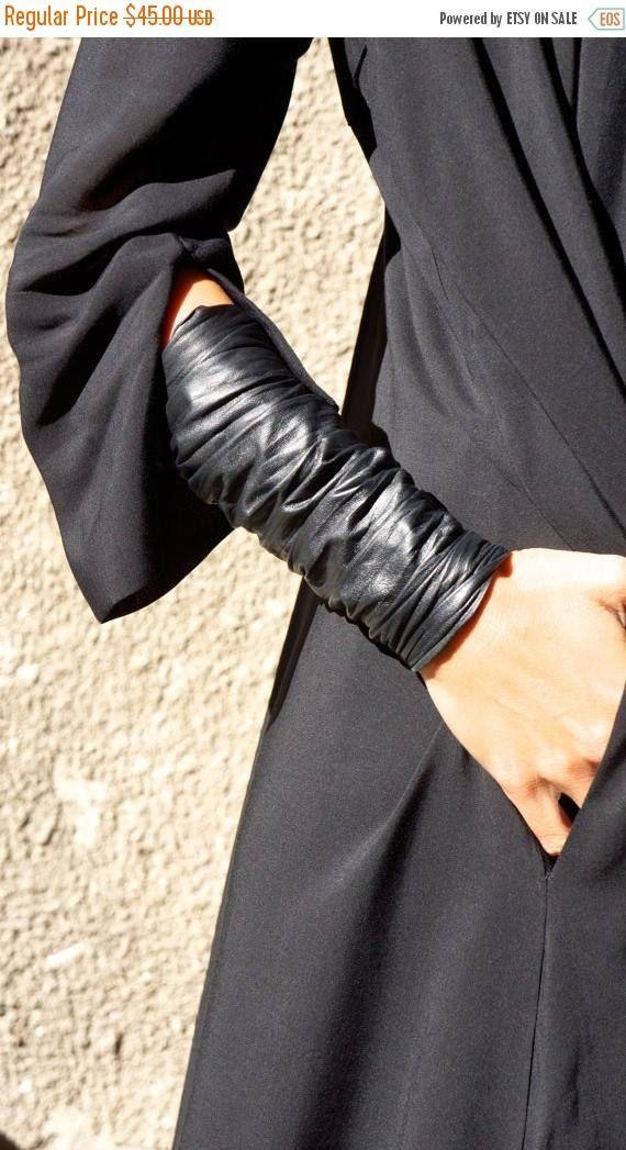 NIEUWE SS/15 extravagante lederen armband / manchet met rits Buitengewone, Chic, Elegant, asymmetrische uniek accessoire U kunt dragen met jurken, tunieken, tops, shirts, jassen, het is geschikt voor zowel de dagelijkse als de feest leven:) Zijn origineel en uniek en Dare to WEAR.., Als u vragen over de armband, mijn beleid hebt, zal scheepvaart, enzovoort please convo me, ik graag antwoord op alle van hen! Dank u voor het bezoeken van mijn winkel http://www.etsy.co...