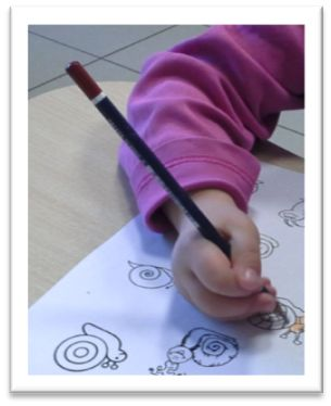 j'ai mis sur mon site de rééducatrice de l'écriture un nouvel article avec photos et vidéos qui peux intéresser les collègues. Commencer dès les premiers jours de la rentrée par apprendre aux enfants une comptine mimée qui va permettre l'encodage kinesthésique...