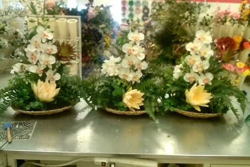 Matching Tropicals on wicker charger plates