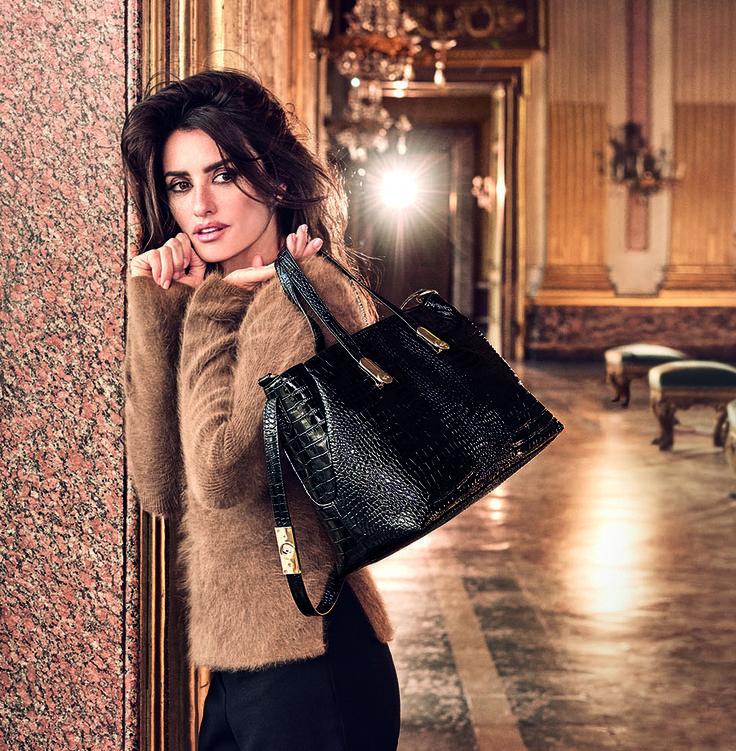 Φέτος, η Carpisa, στο The Mall Athens, η κορυφαία ιταλική μάρκα σε τσάντες, βαλίτσες και αξεσουάρ, μας προσφέρει μια τεράστια ποικιλία προϊόντων, με το ρουμπινί χρώμα να υπερισχύει σε αρκετές από τις σειρές της. Το κόκκινο δεσπόζει σε όλες του τις αποχρώσεις καθώς και σε μπορντό, με χρυσές μεταλλικές λεπτομέρειες.