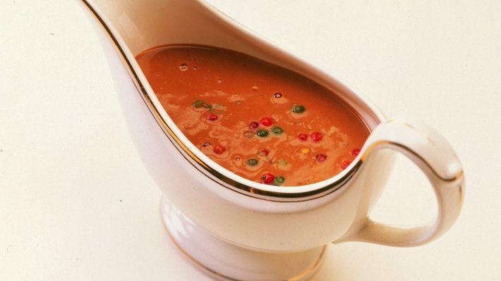 En fyldig saus med god smak av pepper. Laget slik ekte peppersaus skal være. Passer utmerket til biff, og alle stekte og grillede retter av okse og svinekjøtt.