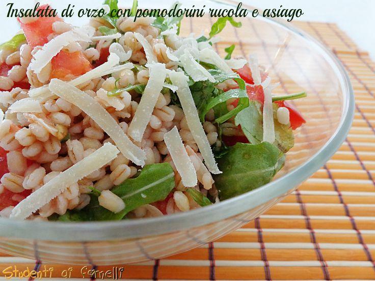 L'insalata di orzo con pomodorini rucola e asiago è un primo piatto fresco molto veloce da preparare, perfetto per l'estate. Ricetta light e vegetariana.