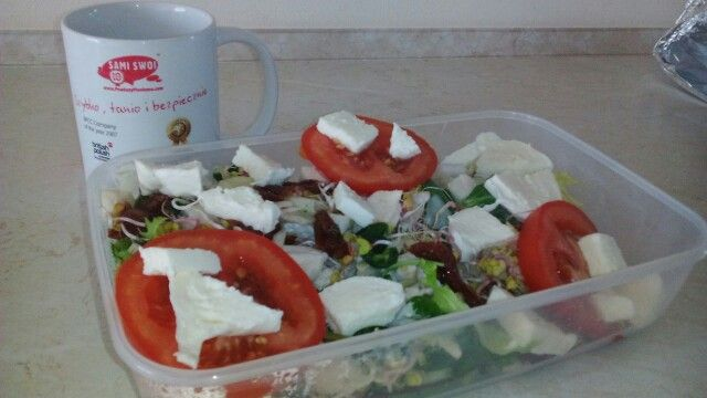 """""""Sałatka Swojaka""""składniki:mix salat,pomidory,zielone pepperoni,mozzarella,kiełki rzeżuchy,gotowana pierś z kurczaka pokrojona w kostkę. Do smaku sól i pieprz-smacznego Sami Swoi..."""