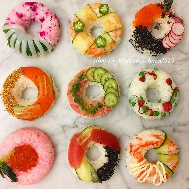 . こんばんは╰(*´︶`*)╯ 今日は 少し前にラインニュースで見た「寿司ドーナッツ」を作ってみました 作るの楽しかったですが 型から綺麗に外れない時もあって ちょっと大変でした╰(*´︶`*)╯♡ . . #晩ごはん#晩ご飯夜ごはん#おうちご飯#夕食#dinner#お寿司#寿司ドーナッツ#ドーナツ寿司