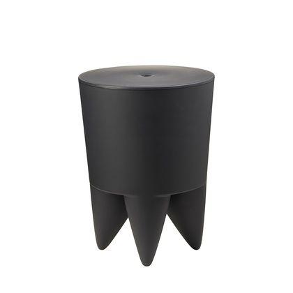 XO  Het designhuis xO ontstond uit de samenwerking van twee designers: Philippe Starck en Gérard Mialet.  Multifunctionele kruk met afneembaar deksel. Dit object met speels design heeft talloze gebruiksmogelijkheden, hij kan gebruikt worden als krukje, bijzettafel, opbergdoos, ijsemmer of vaas. Aan u om te bepalen waarvoor hij gebruikt zal worden. 1 ding is zeker: Bubu I is zowel een monolithisch beeldhouwwerk als een koninklijk embleem van de moderniteit!