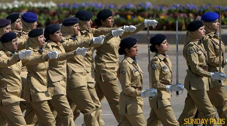 Pak Army Lady Pics: PaKisTaN ArMy LaDy OffİcErS MaRcHinG İn ThE FrOnT Of