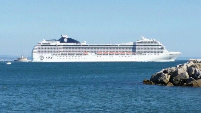Navio de cruzeiro com o farol do Bugio na ré. Oeiras - Portugal