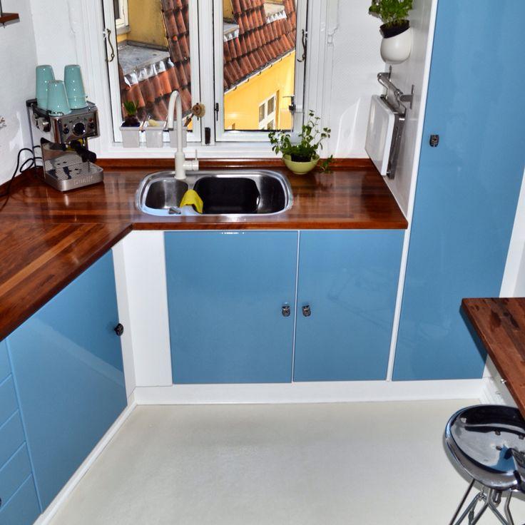 Valgte da jeg flyttet ind at får malet køkkenlågerne denne retro blå - da det ville giv køkkenet mere liv, i forhold til de før var hvide og kedelige. Det hjalp gevaldigt og køkkenet fik det look jeg ledte efter.