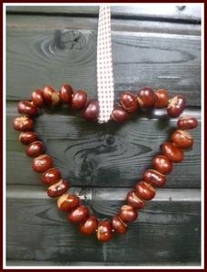 Kastanienherz - aus Draht ein Herz formen, dann die Kastanien auffädeln.