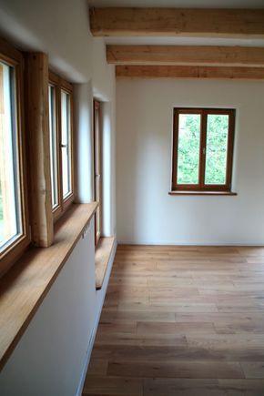 Wohnküche mit Dielenboden Holzfenstern Lehmputz i…