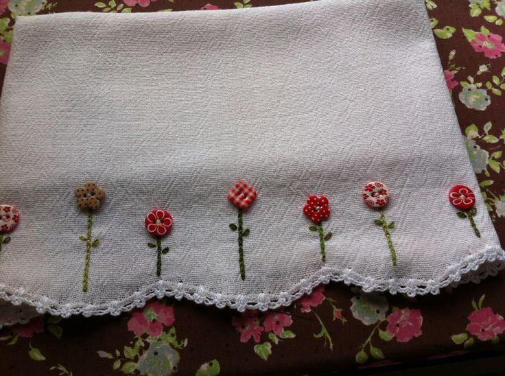 Pano de louça com bordado , botões e crochê .