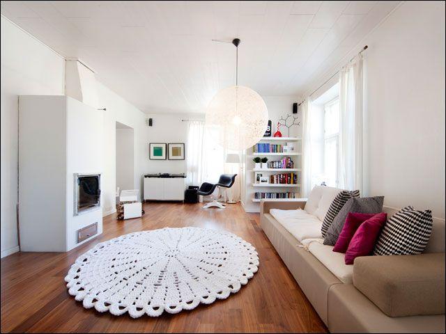 Un tappeto circolare, come un grande centrotavola. Da fare all%u2019uncinetto, con un filo dello spessore di una corda. Sbizzarritevi tra forme e disegni, per un risultato scenografico (nella foto, il tappeto firmato dalla designer finlandese Minna Kokko).   3/6
