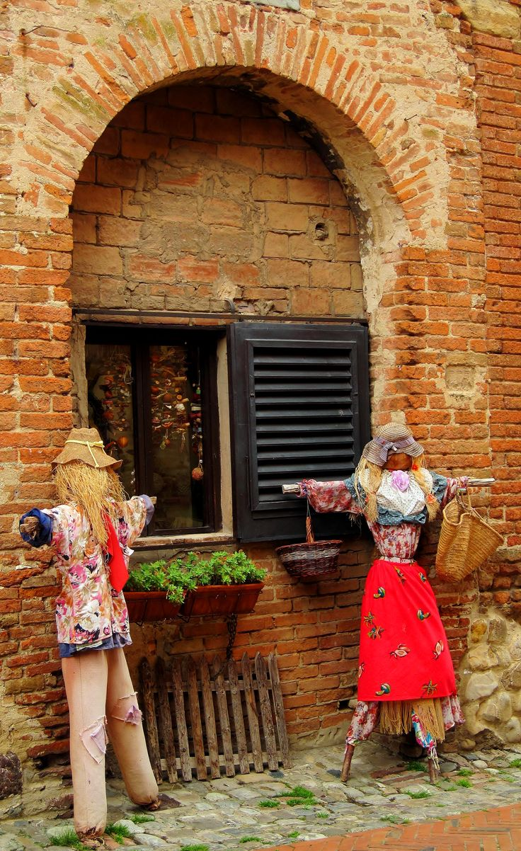 """Toto, I have a feeling we're not in Kansas any more"" Correct! You are in Certaldo, Tuscany! Here straw scarecrows guard our quaint windows in tiny medieval villages. Follow the red brick road! #redbricks #tuscany #certaldo www.hotelcertaldo.it"