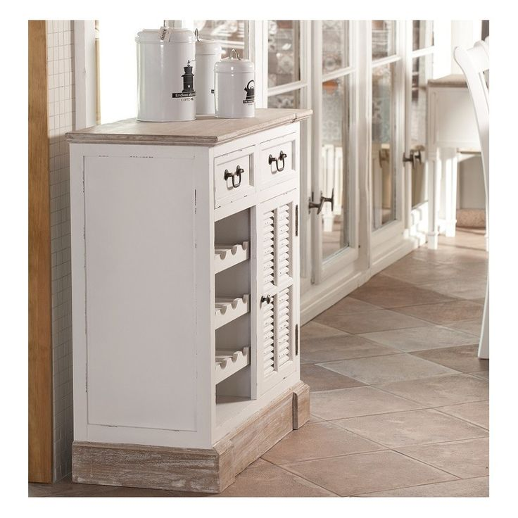 Komoda w prowansalskim stylu z kolekcji Palida Aluro, posiada trzy półki na wino, dwie szuflady u góry , a także półkę schowaną za drzwiczkami przypominającymi okiennice.