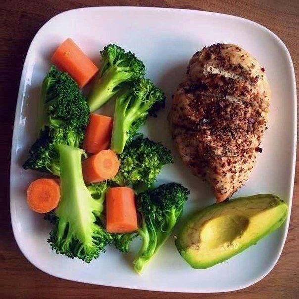 Индейка с авокадо, брокколи и морковью