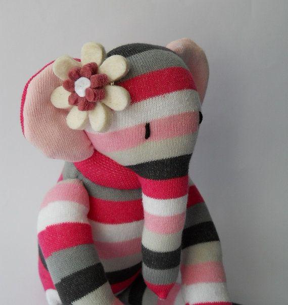 Peluche éléphant chaussette animale poupée, créature de la chaussette, soft sculpture en chaussettes, Ellerina est une poupée magnifique éléphant en peluche grand. Elle a été amoureusement cousue de nouvelles chaussettes hautes. Elle a brodé les yeux et a une fleur feutrée piqués à son oreille. Elle est farcie avec nouveau remplissage fibres creuses et mesures environ 14 pouces de hauteur en position debout et 8 pouces de hauteur lorsque vous êtes assis. Comme avec toutes les créatures ...