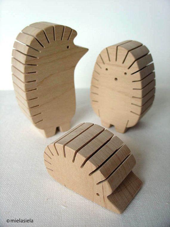 Foto-Halter - 3er Set Igel-Familie: Papa - 8 cm/3 cm (Höhe) Mama - 6,7 cm / 2,6 cm (Höhe) Kind - 3 cm/1,2 cm (Höhe) :) Aus Schwarz-Erle-Holz, mit Liebe gemacht Kanten werden von Hand geschliffen. Holz ist völlig natürlich und unbehandelt. BITTE BEACHTEN: Alle Artikel sind handgefertigt und aus einem anderen Stück Holz gebildet werden. Verkaufen kann nicht genau wie das Foto aussehen, aber alle Artikel aussehen sehr nahe. Geschenk: Möchten Sie uns eine kurze Geschenk-Anmerkung einschließt,...
