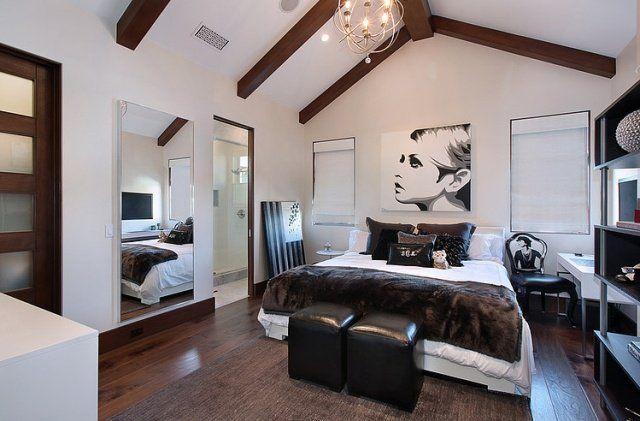 une chambre à coucher blanche aux accents marron